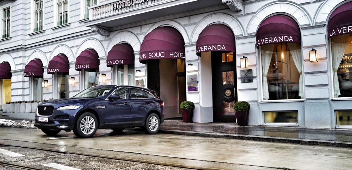 Jaguar vor dem Hotel Sans Souci Wien